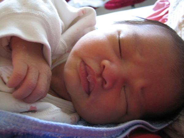 我在睡覺,雖然不是最漂亮的嬰兒,媽媽卻覺得連皺眉頭都可愛好笑