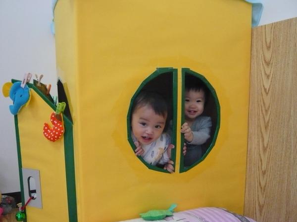 妹妹和我擠在小房子