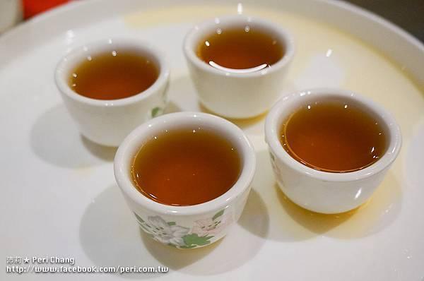 送的不知道是什麼的四杯小茶.jpg