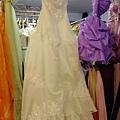 來到蓁愛要拿訂婚禮服 剛好看到我的白紗