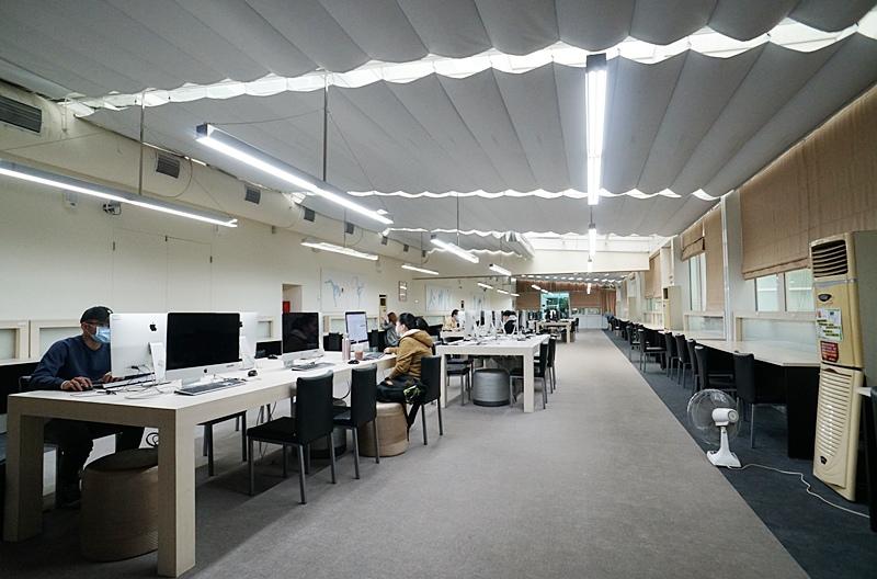 世新資管系學生使用圖書館內電腦