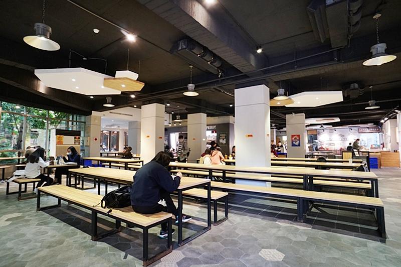 世新資管系學生能在環境優美的學生餐廳用餐