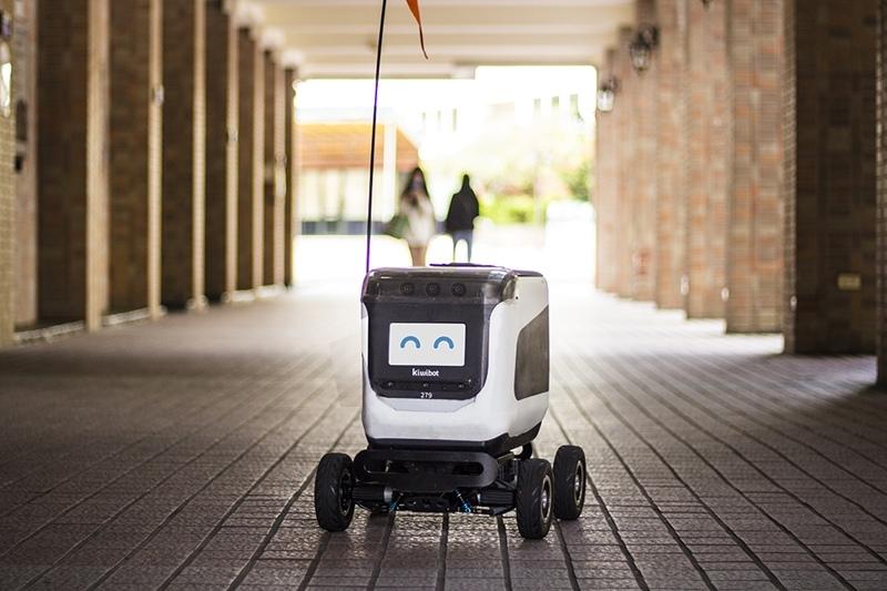 世新資管系學生都能享受到KiwiBot的送餐服務