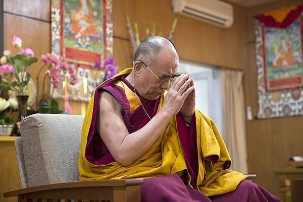 達賴喇嘛專心召請本尊