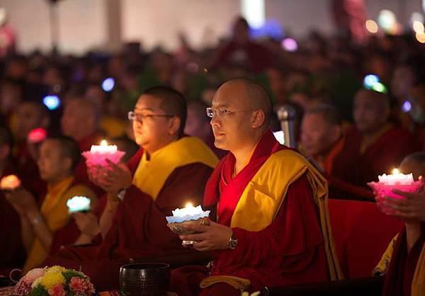 大寶法王與全體僧眾供燈