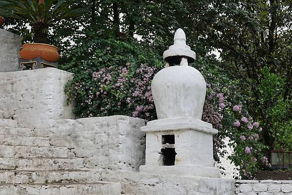 普那卡皇宮前的煙供爐.jpg