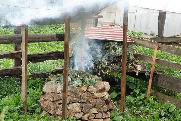 不丹居民最簡易的煙供爐.jpg