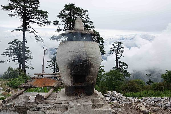 在不丹108舍利塔做蓮師煙供.jpg