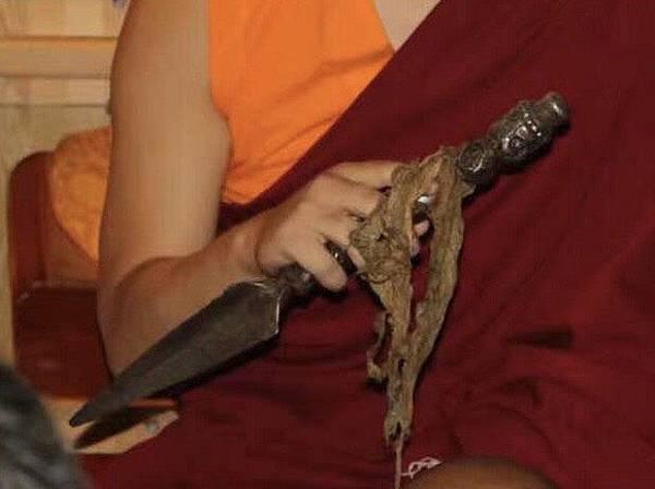 西藏寺院中的蓮師伏藏普巴金剛杵.jpg