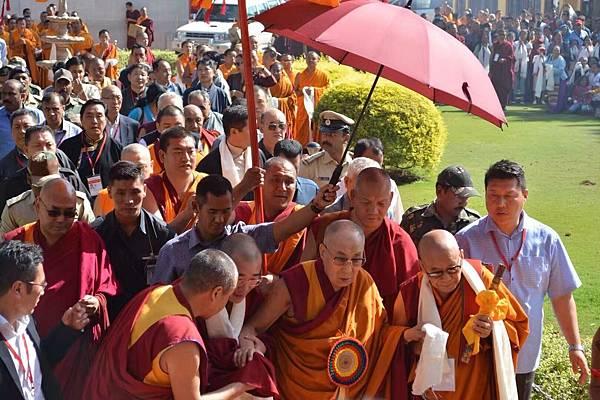 貝瑪謝饒仁波切代表南卓林寺迎接達賴喇嘛.jpg