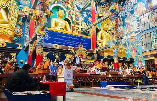 達賴喇嘛於南卓林寺法座上.jpg