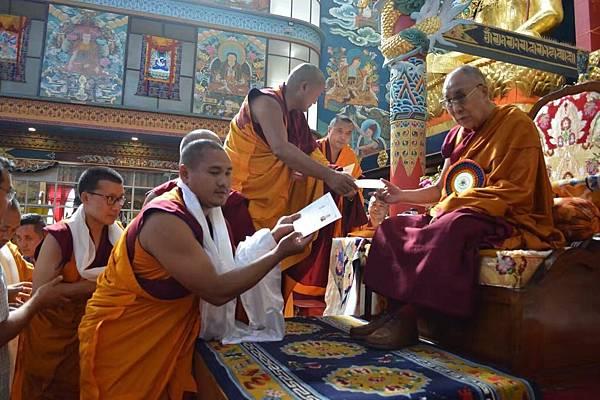達賴喇嘛授證予堪布們.jpg