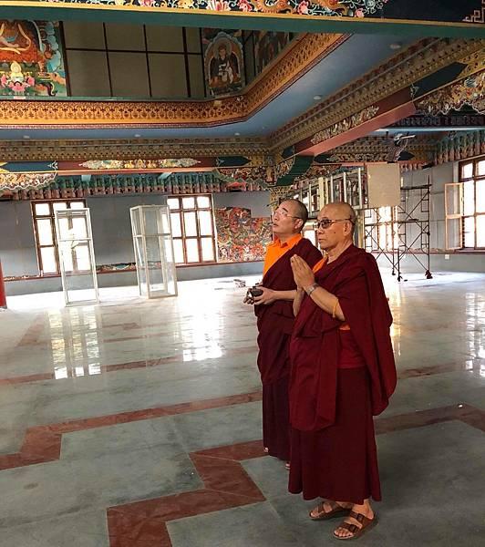 貝瑪謝饒仁波切更給予祈福寺院進度如期完工與大佛的開光.jpg
