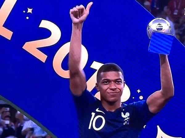Mbappe 最佳年輕球員獎2.jpg