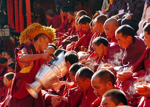 念經的僧人與西藏奶茶.jpg