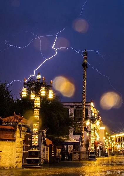 八角街的閃電.jpg