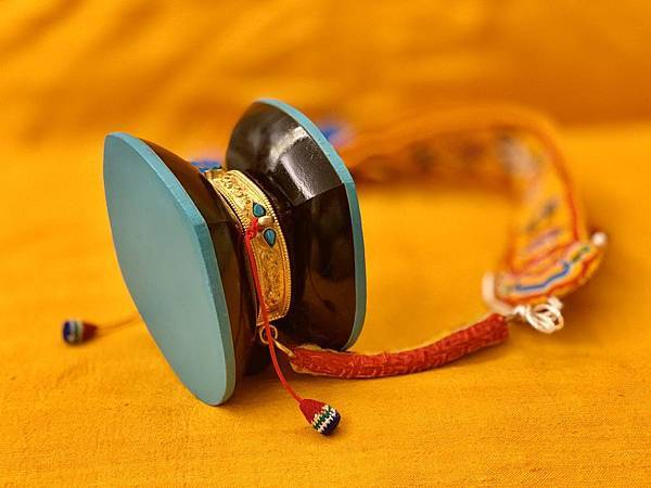 純銀鎏金鑲崁的不丹黑檀木的上師法鼓.jpg