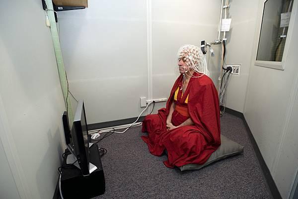 Matthieu Richard 在腦波檢測室進行禪定.jpg