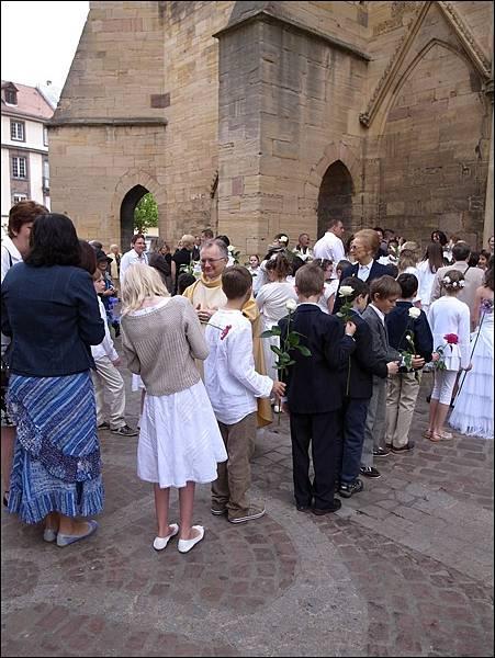 柯瑪聖馬丁教堂前小朋友舉行宗教儀式
