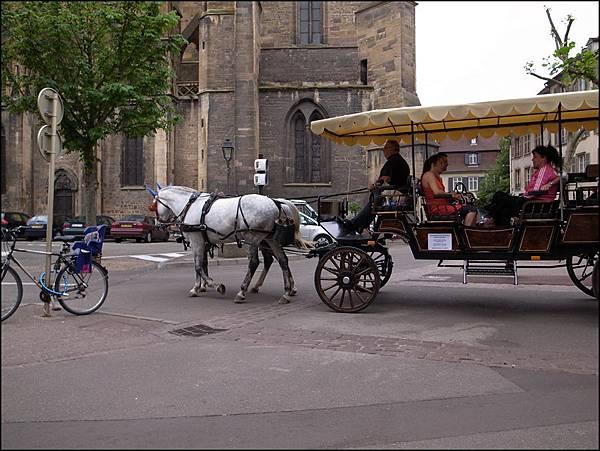 柯瑪聖馬丁教堂旁有馬車供遊客遊城