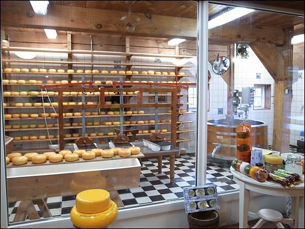 乳酪坊內第一次見到如此大的乳酪