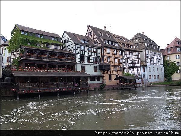 運河旁木質骨架屋
