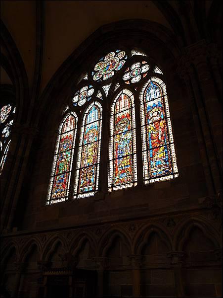 聖母院彩繪玻璃
