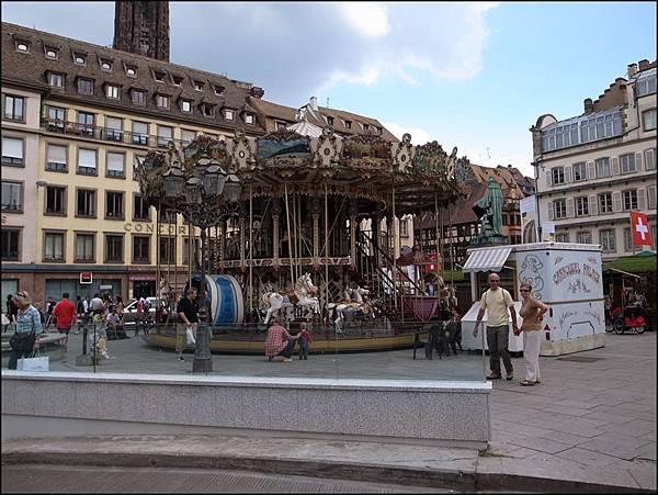 廣場上旋轉木馬,聽說歐洲如有大廣場都會有旋轉木馬