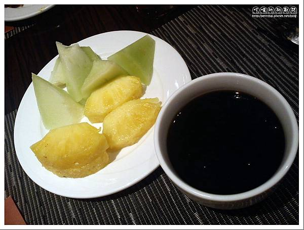 台北美崙飯店(PARK Bistro)  - 自助沙拉吧.水果+仙草蜜.jpg