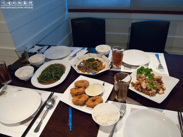 華國飯店T1泰式料理-人還沒來菜已上了一半.jpg