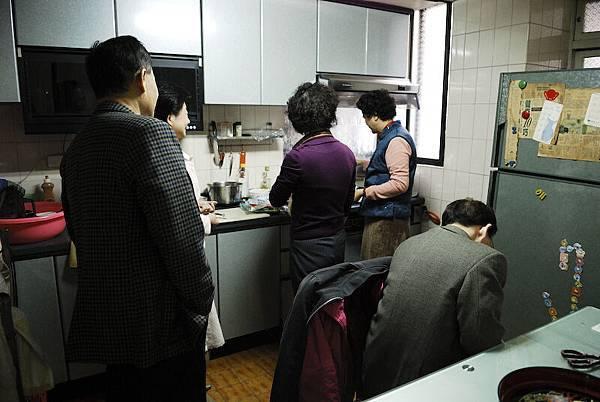 在廚房忙碌的阿姨