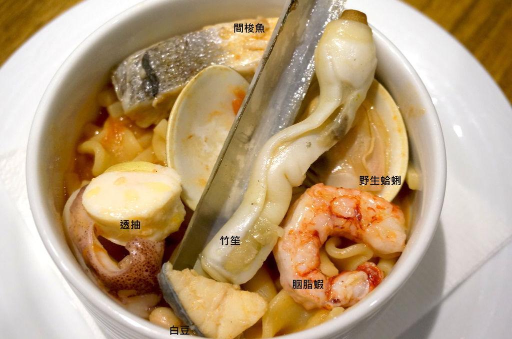 51.K2小蝸牛-拿波里綜合短麵海鮮湯特寫