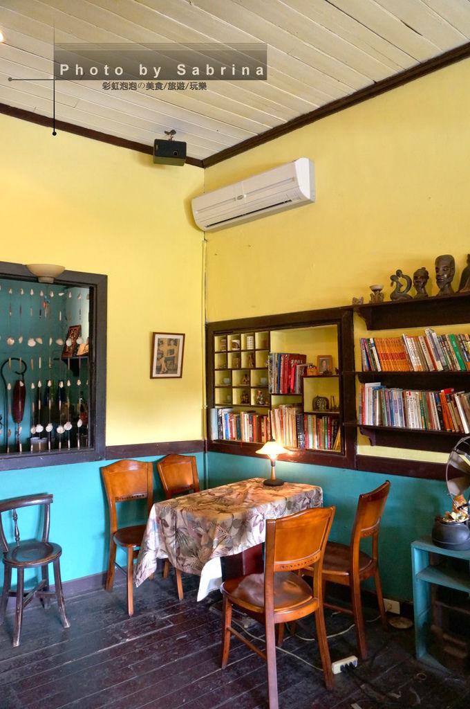 42.窄門咖啡內部空間