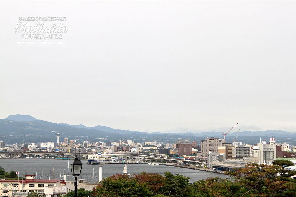 101.函館元町散策-從元町公園遠眺函館港.jpg