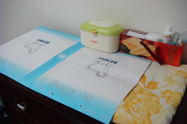 我媽做的尿布檯防水的喔.JPG