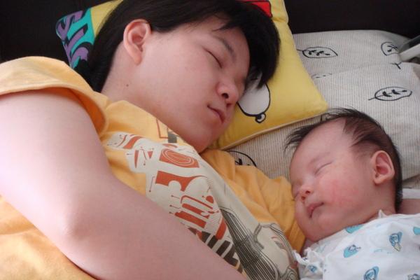 也喜歡跟媽媽睡!!