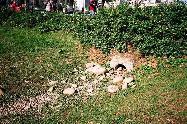 公園內的排水管