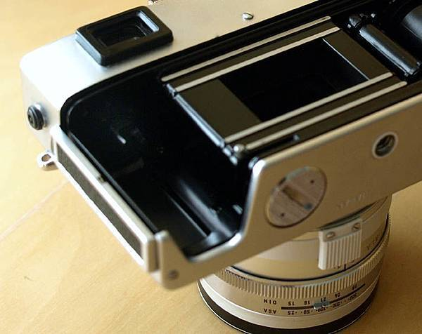 Minolta Hi-Matic 11 Film chamber_close-up.jpg