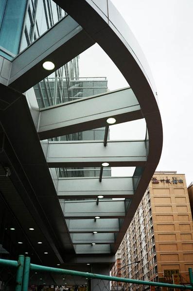 新大樓的騎樓頂棚