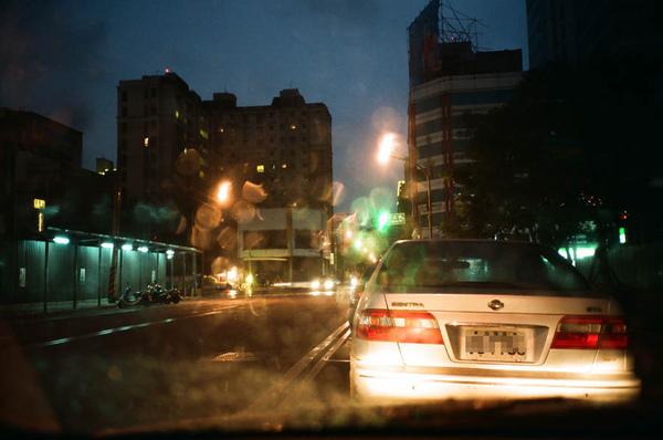 夜幕低垂的雨景