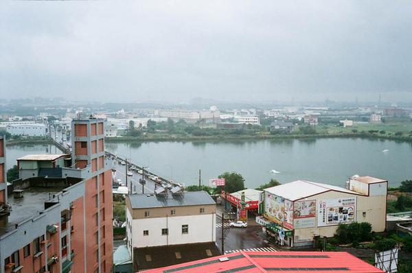 Olympus S_sample_photo_19_雨天霧氣重的窗外.JPG
