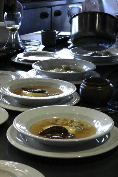 鵝肝加上蒸蛋與蟹肉腳 搭配雞湯 好高級的湯品 也是別桌的..