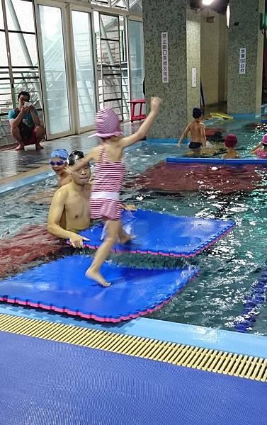 泳池戲水 (1)