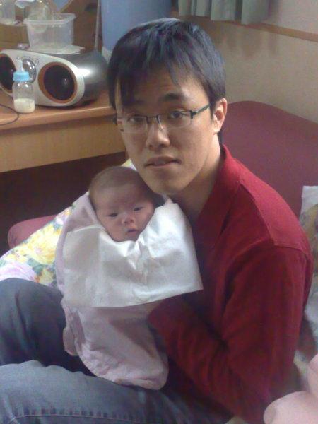 爸爸抱我就很累...