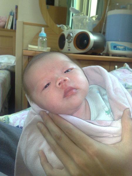 跟爸爸的手比起來我的臉就小很多了