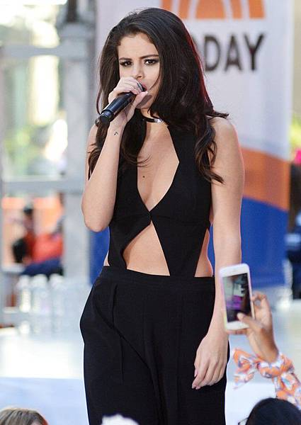selena-gomez-performs-live-on-today-show-17.jpg