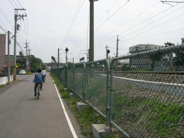 鐵軌旁的小徑.jpg
