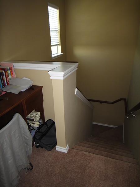 書桌在樓梯上來的地方