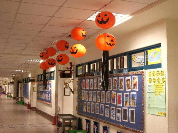 教室外的走廊掛有南瓜燈籠,是因為萬聖節吧~