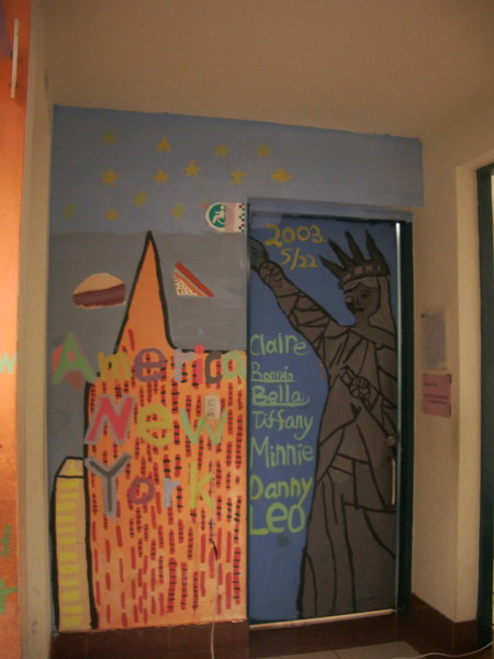 學校把一些牆面分配給小朋友們來畫圖,讓他們自由發揮,畫出各個不同國家的特色。